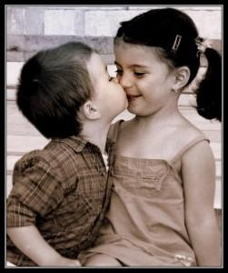 صورة كلام الاطفال ما اجمل الطفولة تجد في ابتسامتهم البراءة وفي تعاملاتهم البساطة